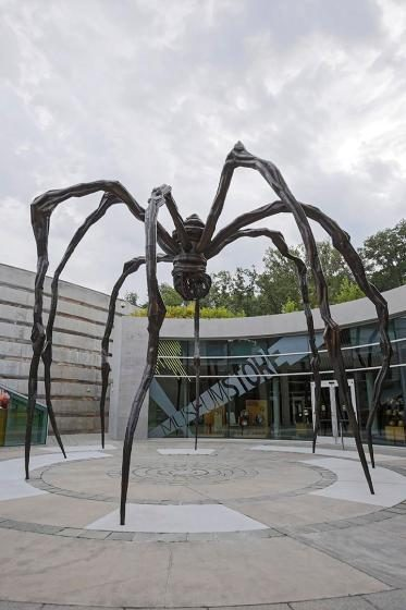 """<a href=""""https://collection.crystalbridges.org/objects/5335/maman?ctx=bb0fe952220f097a111a6da1d9ad129ed36b1dae&amp;idx=0""""></a> Louise Bourgeois, Maman, 1999, Bronze, stainless steel, and marble."""