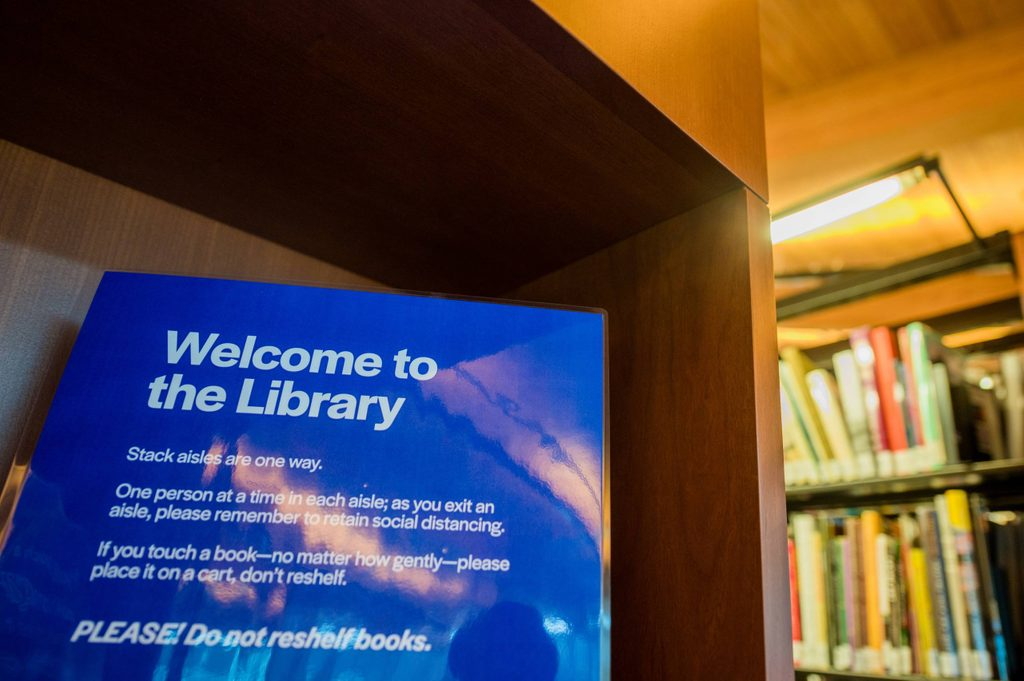 Welcome sign on bookshelf in Crystal Bridges Library